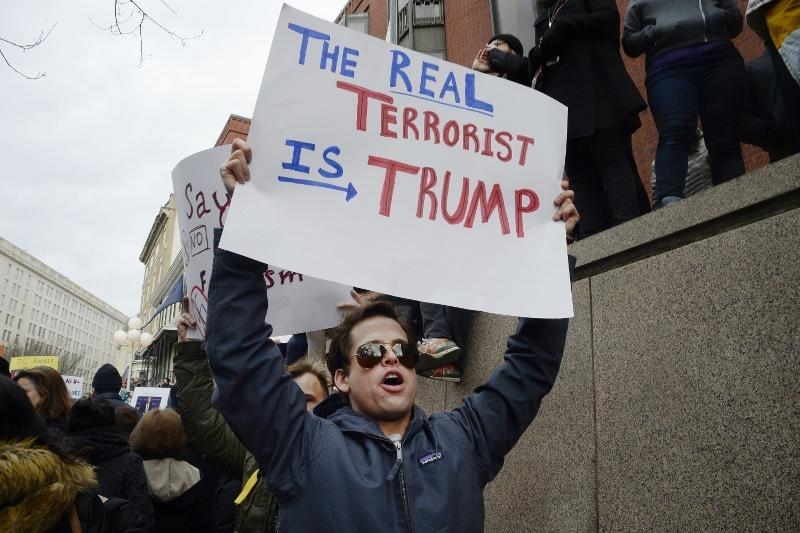 Massive+crowds+gather+at+White+House+to+protest+Trump%27s+immigration+plan+.+DC